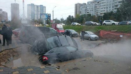 Две машины ушли под землю из-за прорыва теплотрассы вСамаре