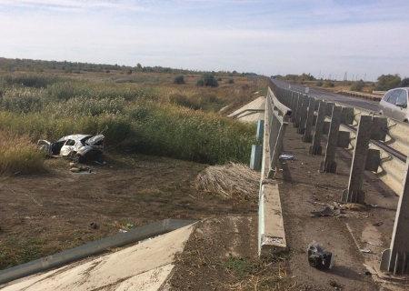 ВНефтегорском районе Рено пробил мостовое ограждение исвалился смоста