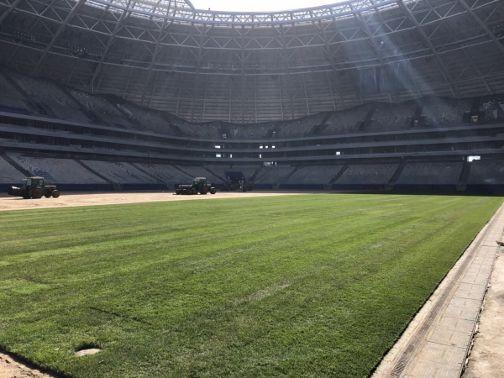 На половине поля «Самара Арены» уложили газон