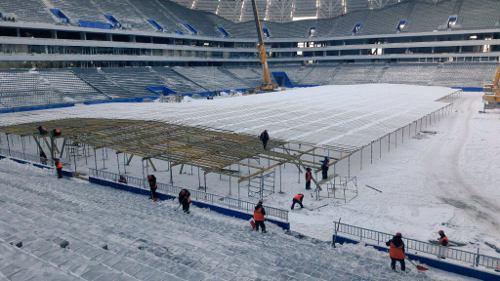 Нафутбольном поле стадиона «Самара Арена» сооружают парник